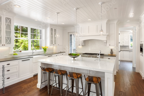 Beautiful White Kitchen à New Luxury Home avec Lights On Poster