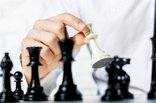 Zdjęcia Hand of businessman playing chess