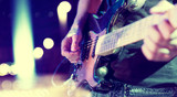 luces del escenario. Fondo musical abstracto. Tocar la guitarra y el concepto de concierto. Fondo de la música en directo. Concierto y festival de música. Instrumento en el escenario y  banda - 115171253