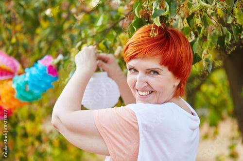 Zdjęcia na płótnie, fototapety, obrazy : Weiblicher Senior dekoriert für eine Feier