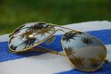 Солнцезащитные очки с отражением лета