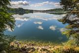 le lac d'Issarles en Ardèche/lac avec reflets du ciel