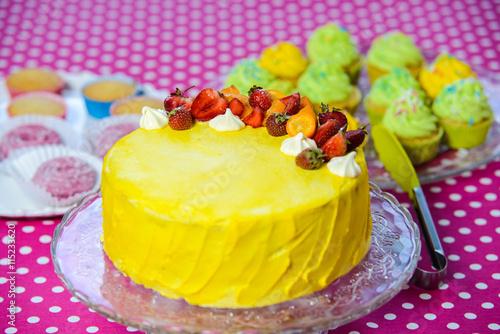 obraz PCV Pretty cupcakes with white cream