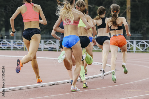 Valokuva race of women athletes in stadium during athletics competitions