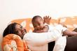jeune femme souriante joue avec son bébé dans le canapé