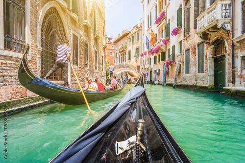 Zdjęcia na płótnie, fototapety na wymiar, obrazy na ścianę : Gondola ride through the canals of Venice, Italy