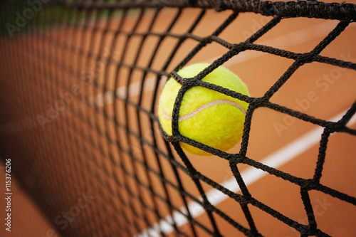 Tennis ballon dans le filet Poster