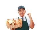 パンを持つ笑顔のパン職人