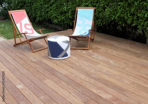 terrasse en bois exotique et salon de jardin