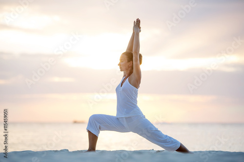 Plagát, Obraz Caucasian woman practicing yoga at seashore