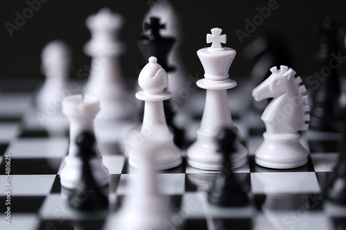 Fotografiet Black and White - Chess pieces on chess board