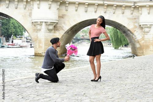 Poster jeune couple amoureux à paris