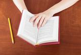 Libro in mano studio o lettura