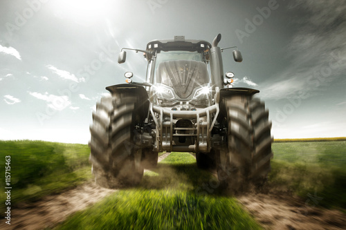 Aluminium Trekker Traktor auf Feldweg