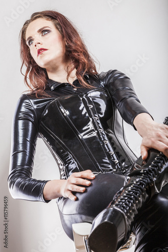 vollbusige Latex Bilder
