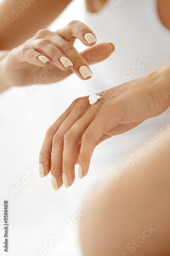 Zdjęcia Hand Cream. Close Up Of Woman's Hands Applying Lotion On Skin