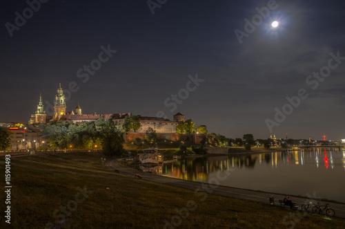 zamek królewski i zakole Wisły nocą Kraków