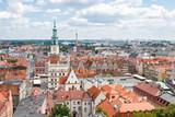 Poznań, Polska - 28 czerwca 2016: Ratusz, stare i nowoczesne budynki w Poznaniu