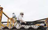 Trabajadores de amianto retirando tejado - 115996424