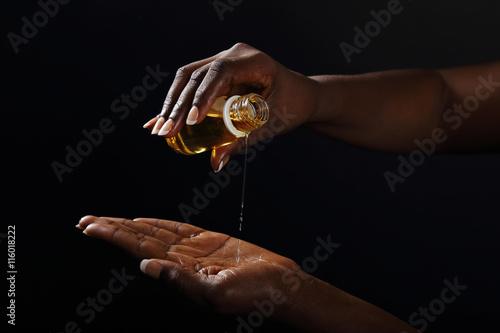Papiers peints Baobab mains femme noire s'enduisant d'huile de baobab