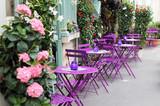 Paris ulicy kawiarni z jasnymi stołami.