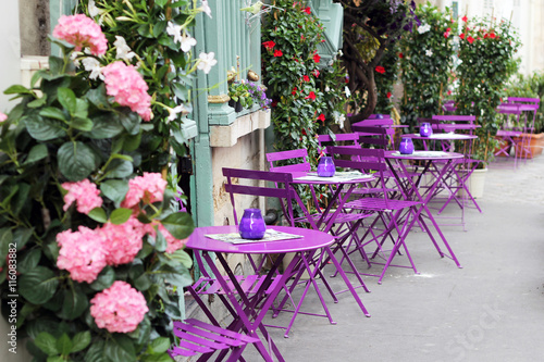 Paris street cafe with bright tables. Photo by 3azigalka