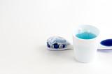 Spazzolino, dentifricio e collutorio su sfondo bianco. Igiene orale quotidiana