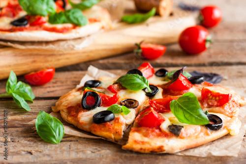 Papiers peints Pizzeria pizza with tomatoes, mozzarella and basil