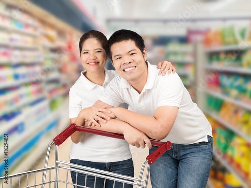 Keuken foto achterwand Boodschappen asian couple shopping in supermarket