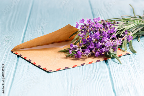 obraz PCV bunch of lavender and an envelope on a wooden table