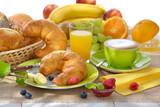 Gedeckter Frühstückstisch mit Croissants und Cappuccino - Breakfast table with a cup of cappuccino and croissants