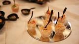 Particolare di piccole ciotole trasparenti con cibo antipasto spaghetti al pomodoro e buffet servito in un ristorante