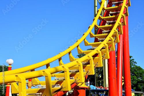 Tuinposter Amusementspark Gebogene Schiene einer Achterbahn
