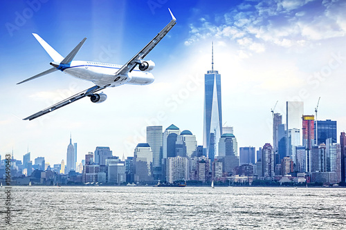 Zdjęcia na płótnie, fototapety na wymiar, obrazy na ścianę : Airplane flying over  New York City