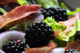 Crusty prosciutto und cebolla e blackberry تصنيف:خدمات الطعام 帕尔玛火腿 프로슈토 פרושוטו