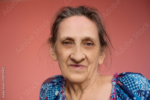 Poster Close up face of beautiful smiling woman with wrinkles