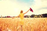 Schöne Frau auf einem Getreidefeld - 116649811