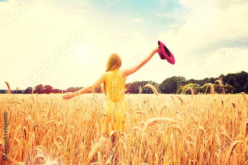 Schöne Frau auf einem Getreidefeld Poster