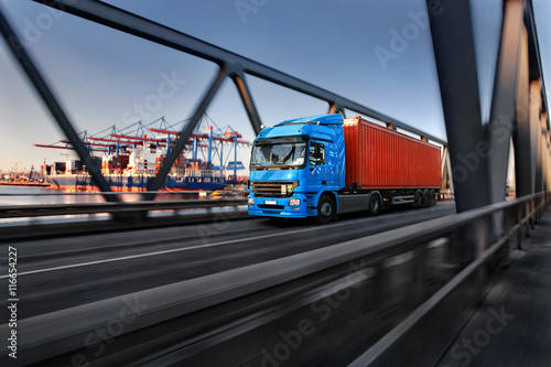 mata magnetyczna LKW mit Container im Hamburger Hafen