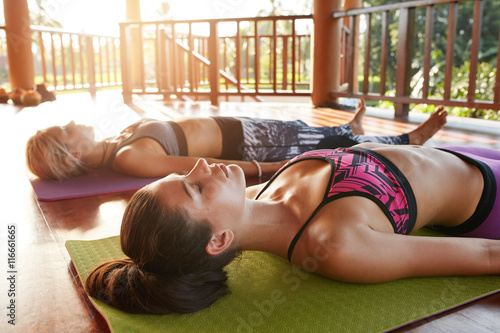 Poster Yoga-Klasse entspannend in der Leiche Pose