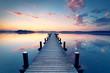 unendlich weiter Holzsteg am Ufer des See`s