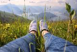 Donna sdraiata su una collina con vista sul Lago di Iseo