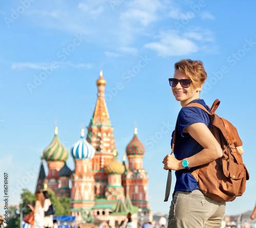 Młody atrakcyjny kobieta podróżnik z plecakiem na tle