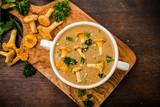 Suppe mit Pfifferlinge und Petersilie - 116790873