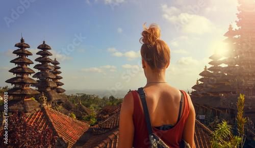 Foto op Canvas Bali Junge Frau in einer Tempelanlage auf Bali (Besakih Tempel)