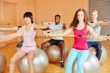 Gruppe im Fitnessstudio beim Dehnen