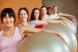 Gruppe im Fitness Kurs mit Gymnastikball