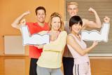 Freunde mit Muskeln im Fitnesscenter