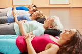 Gruppe macht Meditation nach Yoga Kurs
