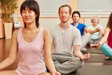 Gruppe bei Meditation im Yoga Kurs